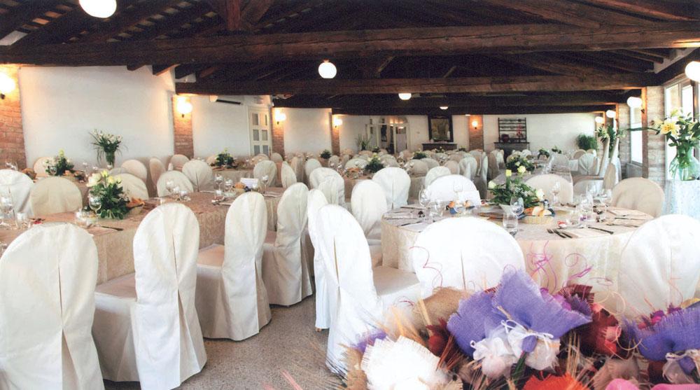 Alla Darsena, interno sala ristorante con fiori decorativi