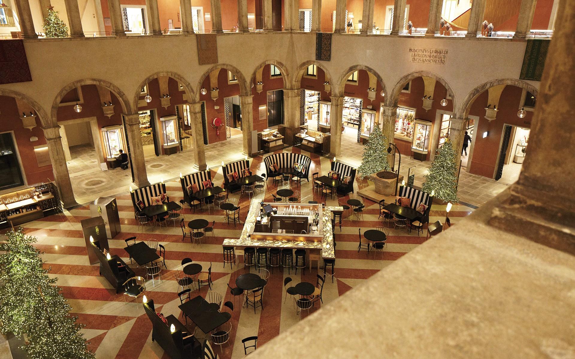 sala con tavoli e portici ristorante Amo Bar Venezia