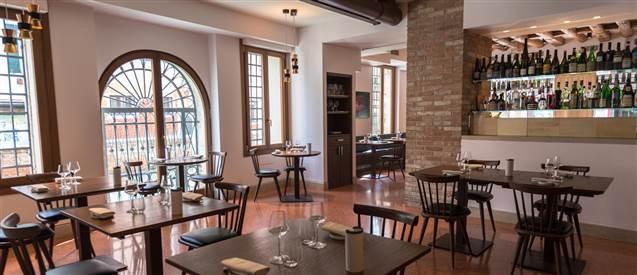 sala con tavoli ristorante Local