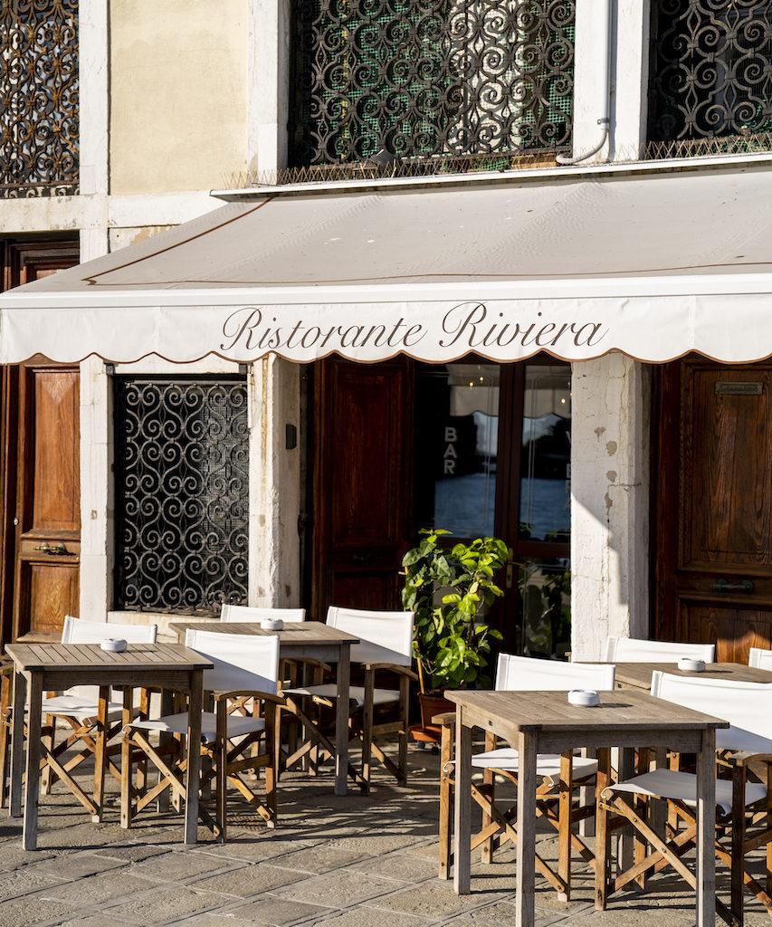 esterno con tavoli Ristorante Riviera