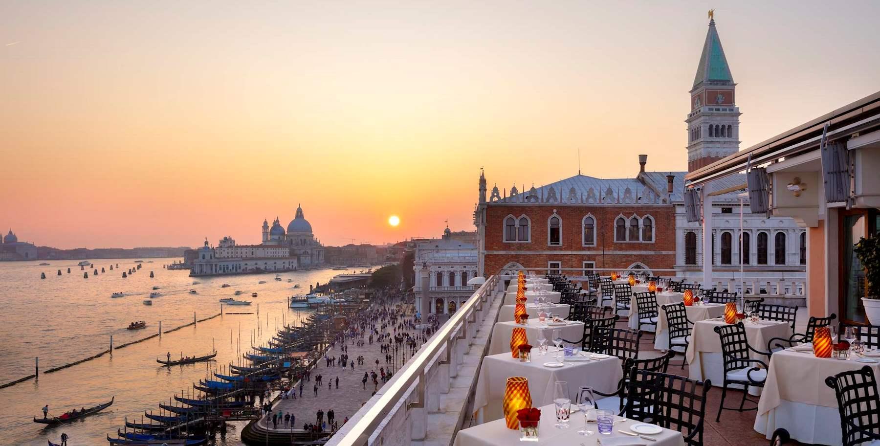 terrazza con tavoli e vista sulla laguna di Venezia ristorante Terrazza Danieli
