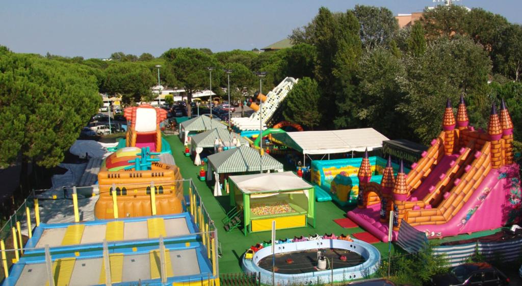 Scorcio dall'alto parco giochi per bambini Gommapiuma
