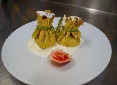 Il saccottino di grano saraceno con gamberi e asparagi di cimadolmo su letto di formaggio asiago mezzano DOP Hotel Imperia