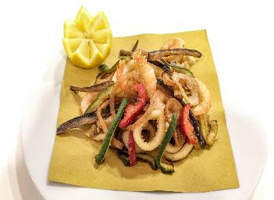 Il nostro fritto di pesce con verdure di stagione in croccante di farina di riso Hotel Imperia