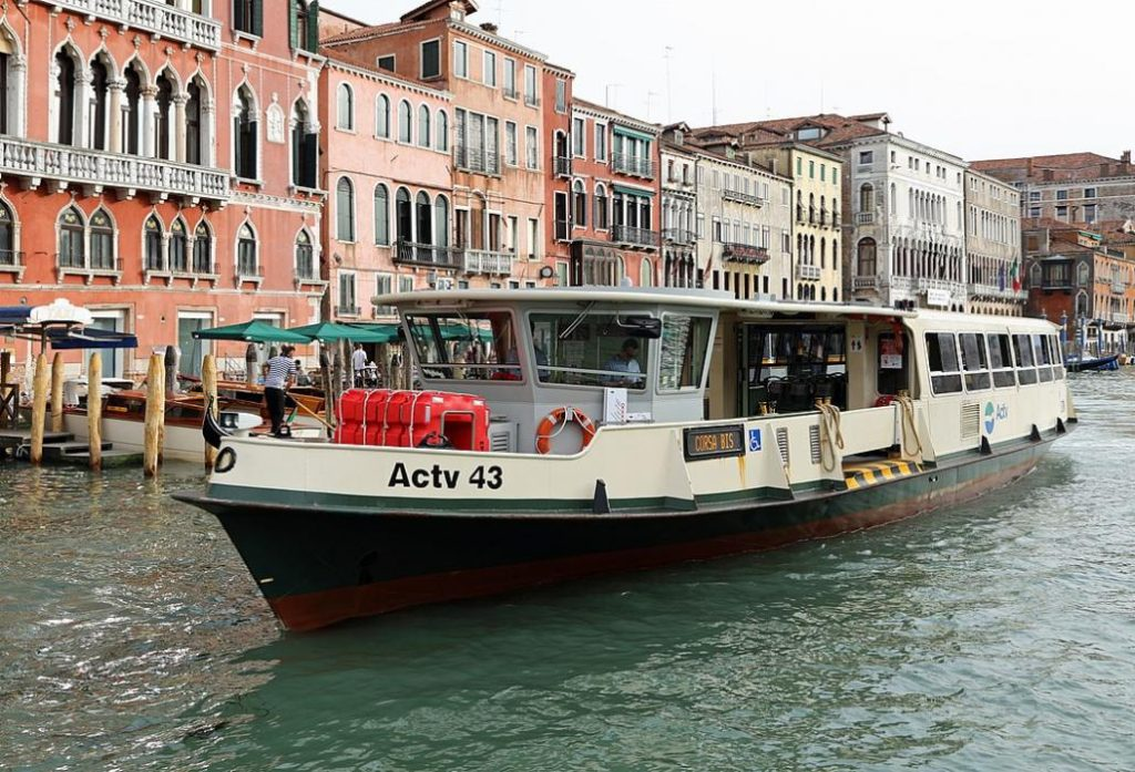 Motonave a Venezia