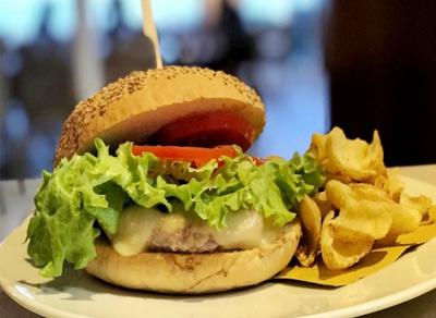 Fish burger di tonno, pane allo zafferano e formaggio asiago fresco Terrazza Sorriso